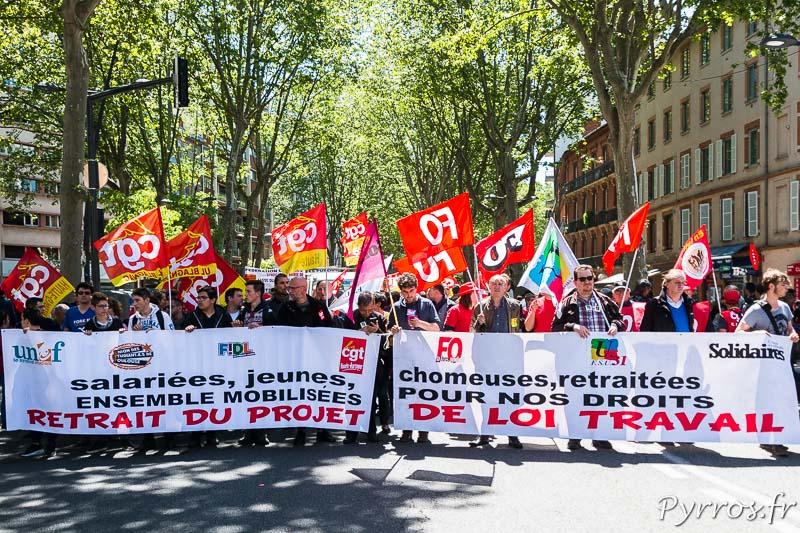 Les manifestants sont réunis derrière la banderole de l'intersyndicale
