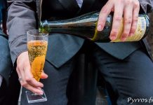 Certains manifestants se servent une coupe d'une boison ressenblant à du champagne