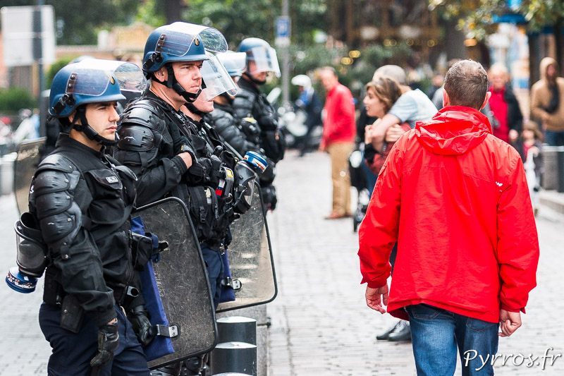 Les gendarmes bloquent l'accès à la FNAC de Toulouse où se déroule l'Opération Champagne