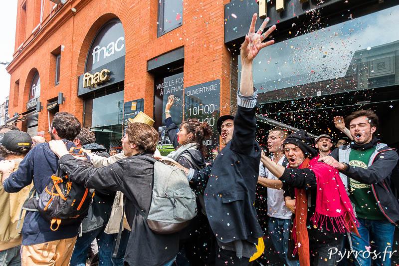 En sortant de la FNAC les manifestants lancent quelques confettis