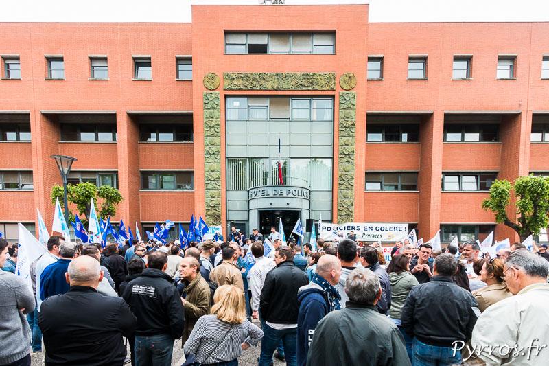 """200 policiers se sont regroupés devant le commissariat central de Toulouse pour protester contre la """"haine anti flic"""""""