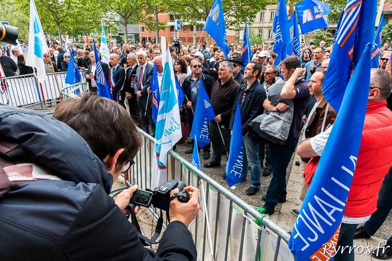 Les policiers sont regroupés sous les drapeaux de leur syndicat