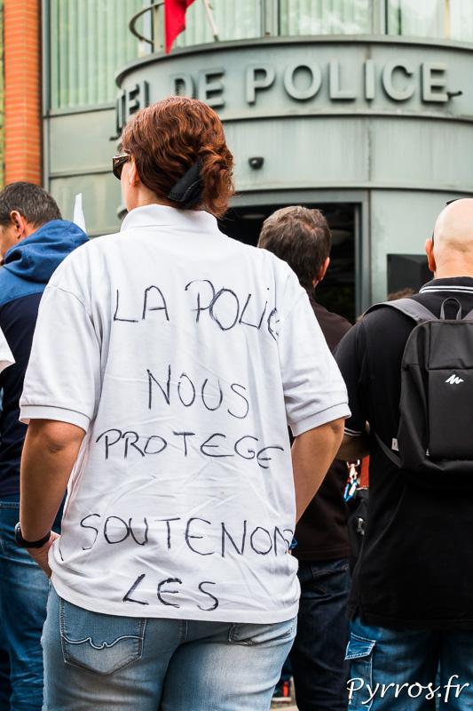 """Devant l'Hôtel de Police de Toulouse, une personne a inscrit sur son tee shirt : """"La Police Nous Protège, Soutenons la"""""""