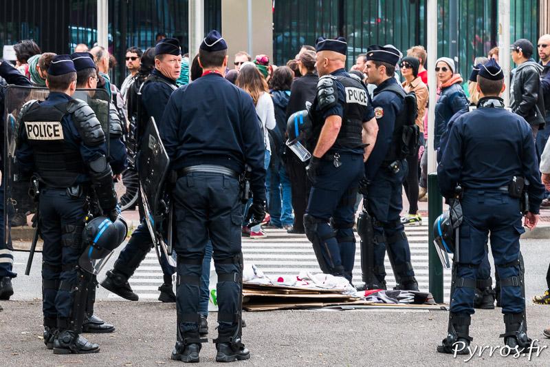 """Les policiers repoussent les manifestants venus protester contre les """"violences policières"""""""
