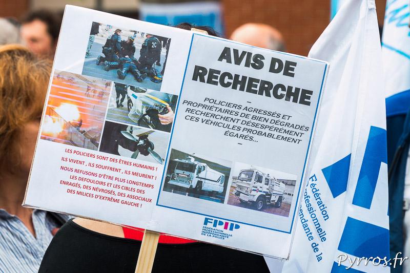 Pancarte des forces de l'ordre qui demande notamment l'utilisation plus fréquente des canon à eau.