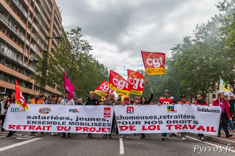 Énième manifestation contre la loi travail à Toulouse, les manifestants défilent derrière la banderole