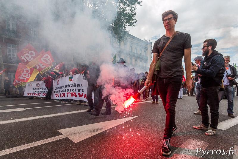 A Toulouse les opposants à la loi travail utilisent des feux de bengale