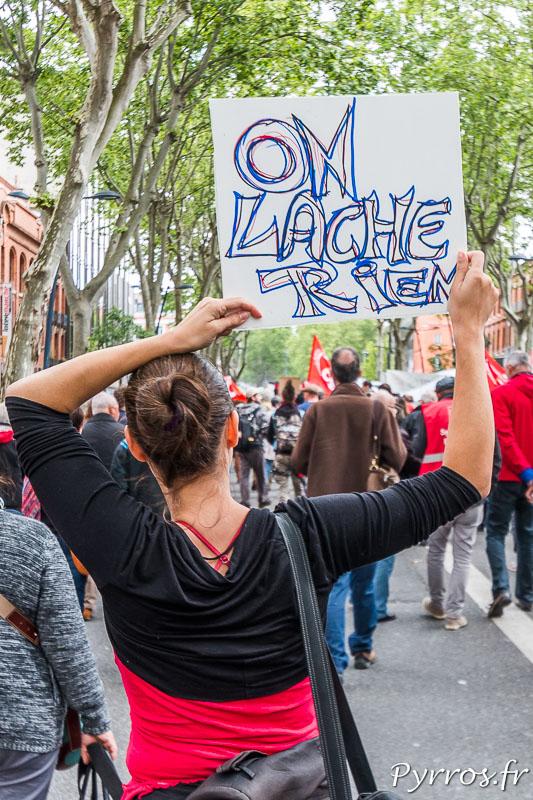 """Une opposante au projet de réforme du code du travail porte une pancarte sur laquelle on peut lire """"On Lache Rien"""""""