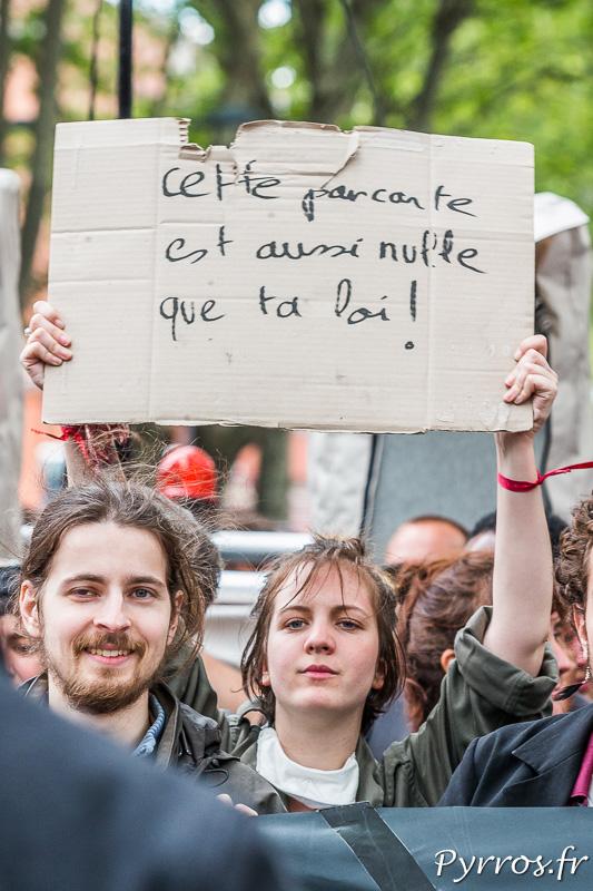 Une manifestante trouve la loi aussi nulle que sa pancarte