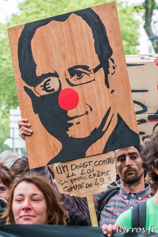 Un portrait de F.Hollande le montre avec le regard embué par l'argent et avec un nez de clown lors de la manifestation contre la loi travail de Toulouse