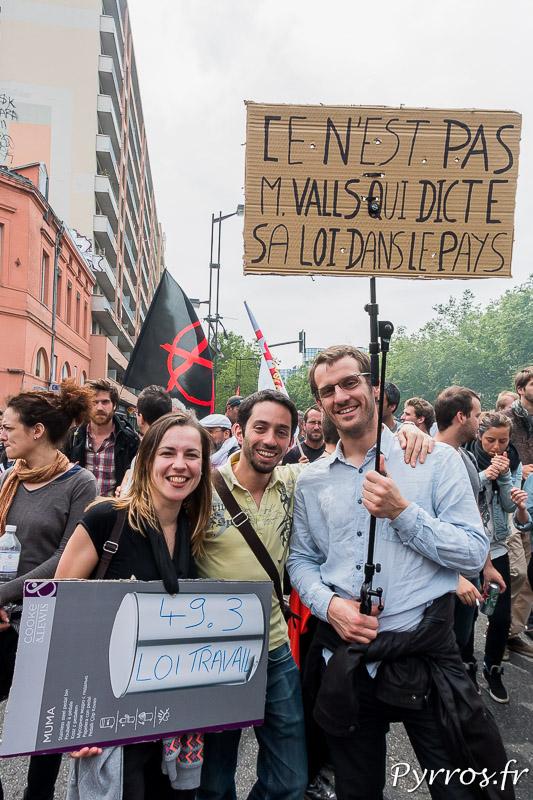 Des manifestants reprochent au Premier Ministre Manuel Valls sa posture jusqu'au boutiste