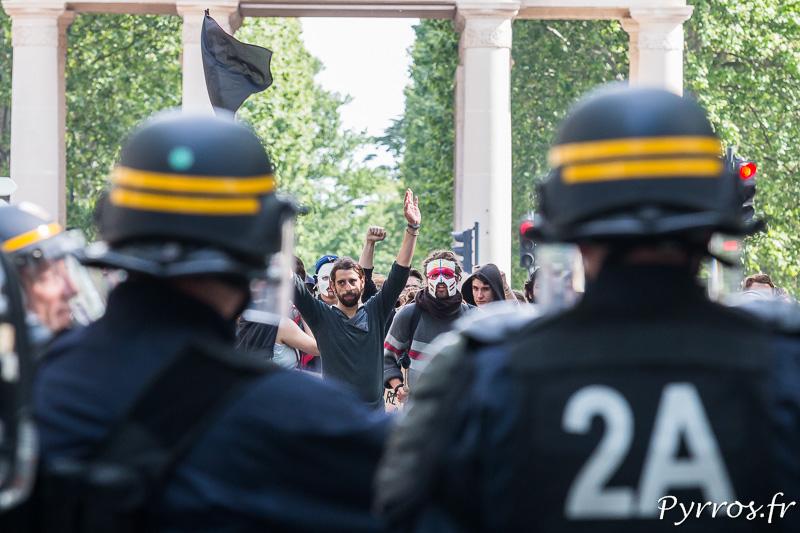 Au point de dispersion des manifestants arborant un pavillon noir (anarchiste) tentent de revenir sur leurs pas, mais la route est barrée par un cordon de CRS