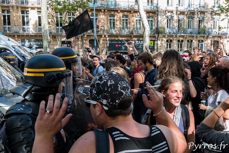 Les forces de l'ordre font face à des manifestants plutot calmes, avant que certains ne lancent des pommes pourries en direction des CRS