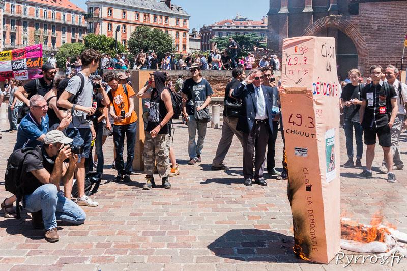 Un cercueil représentant la démocratie est brulé sur la parvis de la préfécture de Haute Garonne