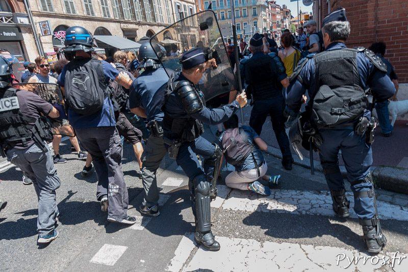 Pablo TUPIN est frappé par un agent des forces de l'ordre lors d'une interpellation dans la rue de Metz à Toulouse en marge de la mnifestation contre la loi travail
