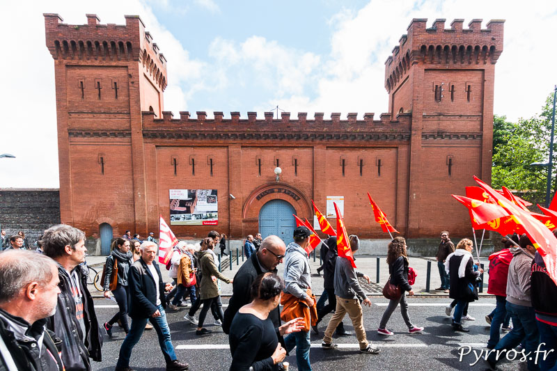 Les manifestants passent devant l'ancienne Prison Saint Michel