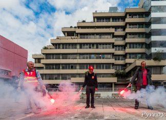 Devant le siège régional du MEDEF, de nombreux fumigènes sont allumés