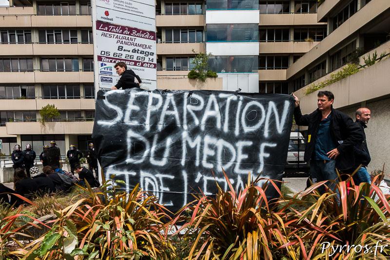 Une banderole demande la séparation du MEDEF et de l'Etat