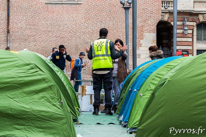Les membres du DAL (Droit au logement, ont installé des tentes devant l'Office du Tourisme de ToulouseLes membres du DAL (Droit au logement, ont installé des tentes devant l'Office du Tourisme de Toulouse