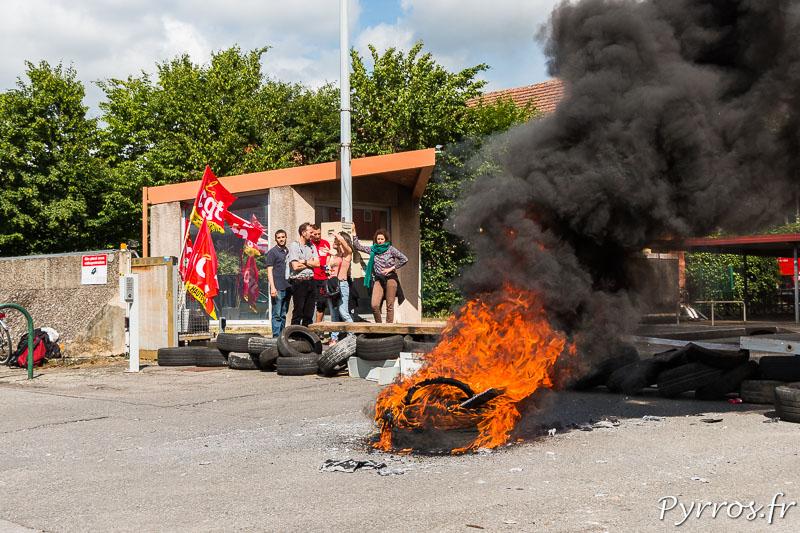 Les éboueurs bloquent la sortie des camion chargé du ramassage des ordures dans le centre vielle en fin de journée