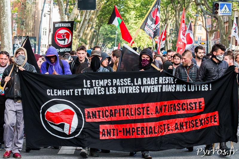 Les antifa défilent derrière une banderole en mémoire de Clément Méric