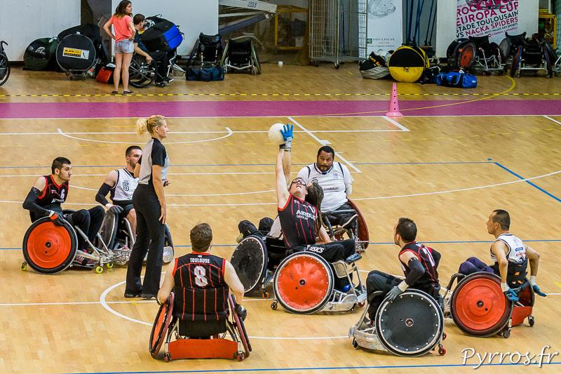 Mise en jeu de la Rock'N Rose Cup dans le Petit Palais des Sports de Toulouse