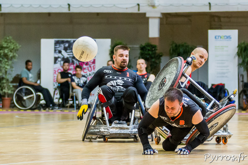 Raf HENDRIX (8) de PRAGUE ROBOTS chute lors d'un contact avec le défensuer des ROBOTS