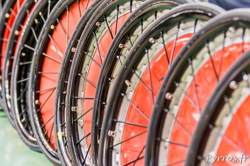 Les crevaisons sont nombreuses lors des matchs les mécaniciens préprent des roues d'avance pour les remplacer rapidement