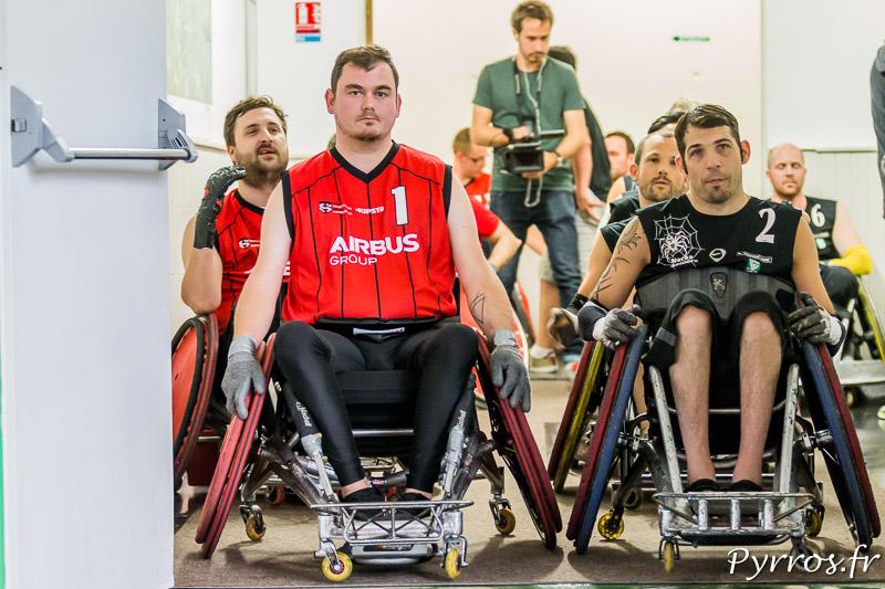 Nicolas DAUCHET (1) de STRH et Glenn ADASZAK (2) de NACKA SPIDERS attendent à la sortie des vestiaires