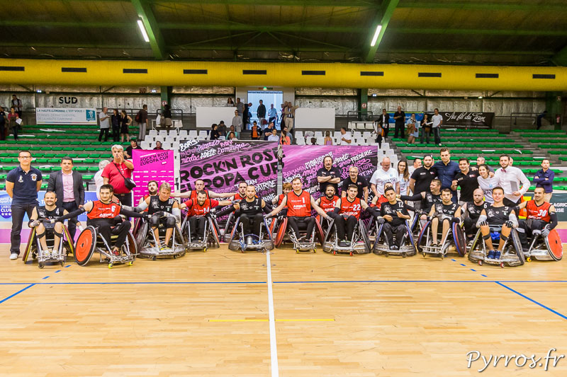 Les joueurs du STRH posent avec les joueurs des NACKA SPIDERS en compagnie des partenaires du club toulousain à la fin du match évènement de la Rock'N Rose Europa Cup