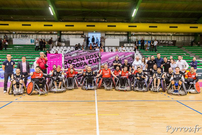 Les joueurs du STRH posent avec les joueurs des NACKA SPIDERS en compagnie des partenaires du club toulousain à la fin du match évènement de la Rock'N Rose Europa Cup