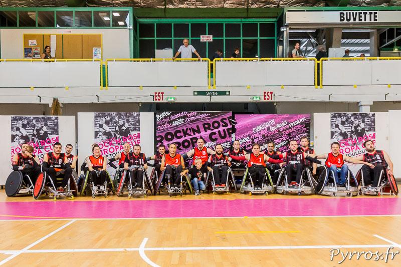 Les RED LIONS posent avec les joueurs de Toulouse après le match final qui voit les allemands s'imposer