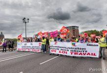 Les opposants à la loi travail passent sur le pont des Catalan à Toulouse