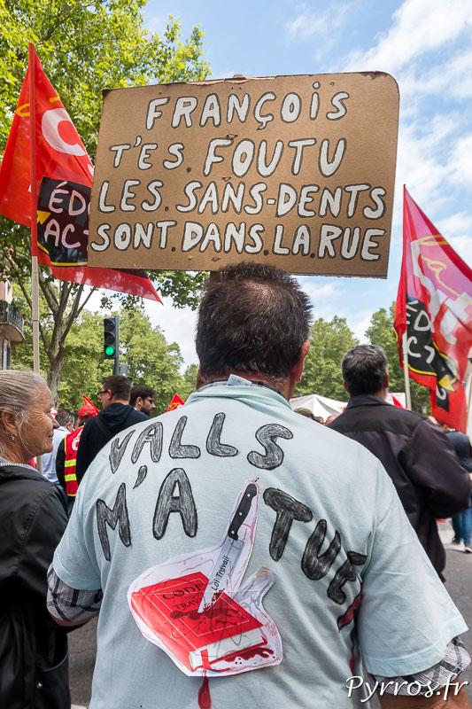 Sur la pancarte et sur le tee shirt ce manifeste affiche son désaccord avec la politique du gouvernement