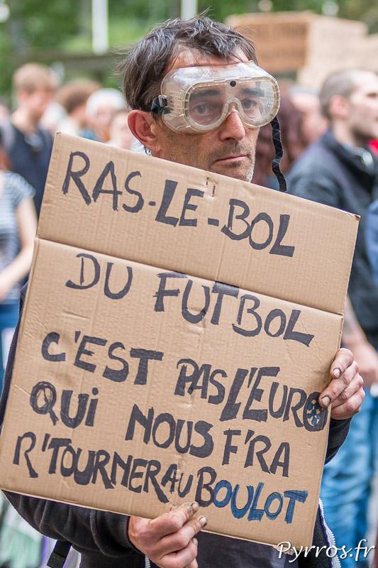 D'autres opposants ne sont pas dupes et refusent de laisser leur place aux fans de foot