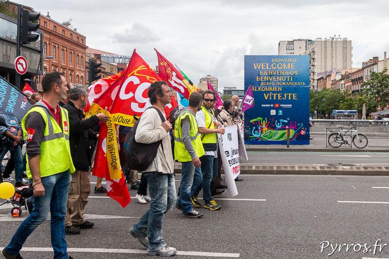 Les opposants à la loi travail arrivent sur les allées Jean Jaurès, où est installé une cube souhaitant la bienvenue au fan de foot