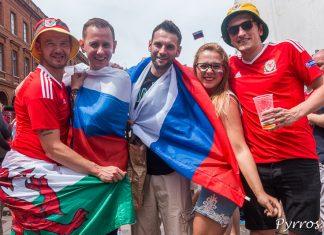 Des supporters de l'équipe russe posent avec des supporters de l'équipe du Pays de Galle sur la place du Capitole
