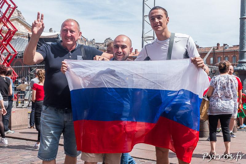 Des supporters Russes posent pour les photographes