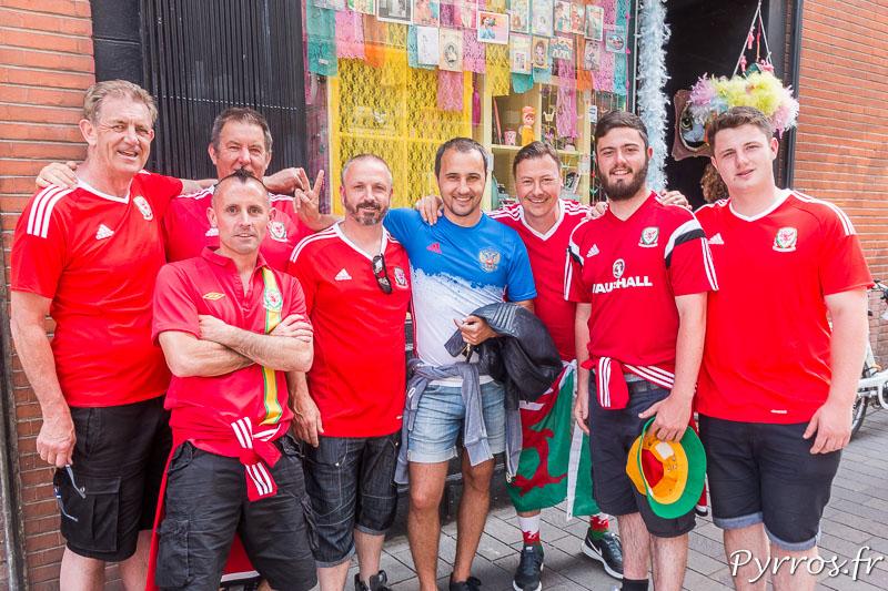 Dans une ruelles à coté du Capitole un groupe de supporters Gallois ont demandé à un supporter russe de poser sur une photo avec eux