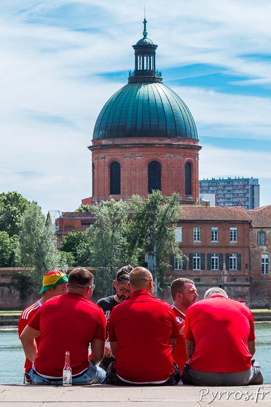 A Saint Pierre sur la toute nouvelle place, les gallois sont nombreux à prendre le soleil en attendant le match