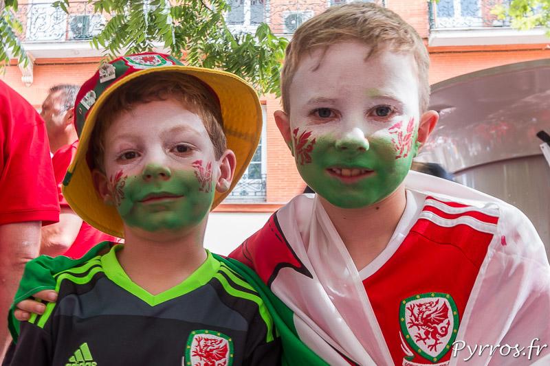 Deux jeunes gallois fraichement maquillés posent pour une photos avant le match qui se joue au stadium de Toulouse