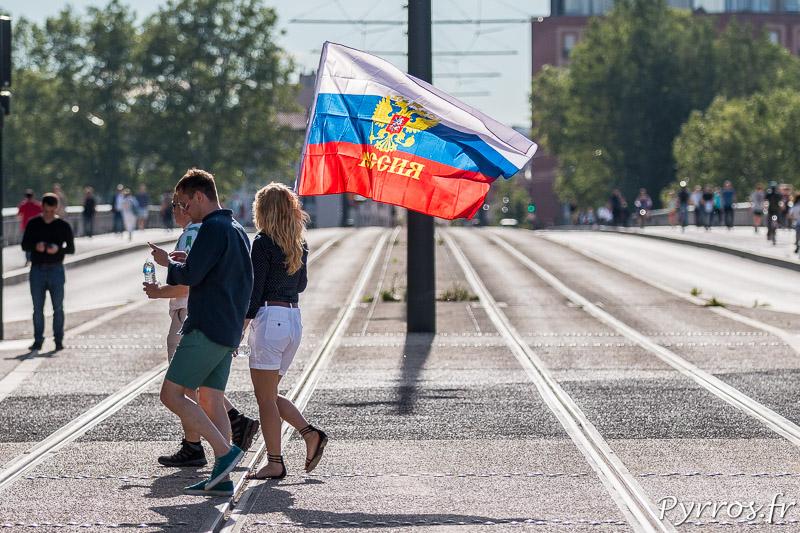 Des supporters russes se rendent au stadium de Toulouse avec un drapeau de la Russie