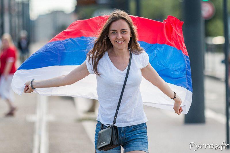 Une supportrice russe marche en faisant flotter son drapeau dans son dos