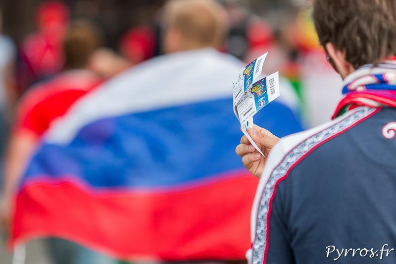 Certains n'hésitent pas à revendre leurs billets devant le stadium de Toulouse quelques heures avant la rencontre qui oppose la Russie au Pays de Galles