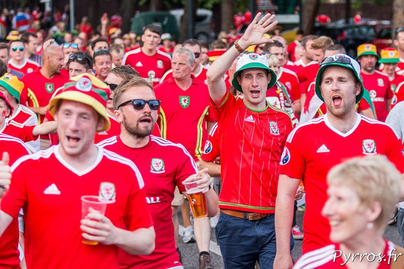 Une marée rouge essentiellement composée de supporters gallois se rend au stadium de Toulouse