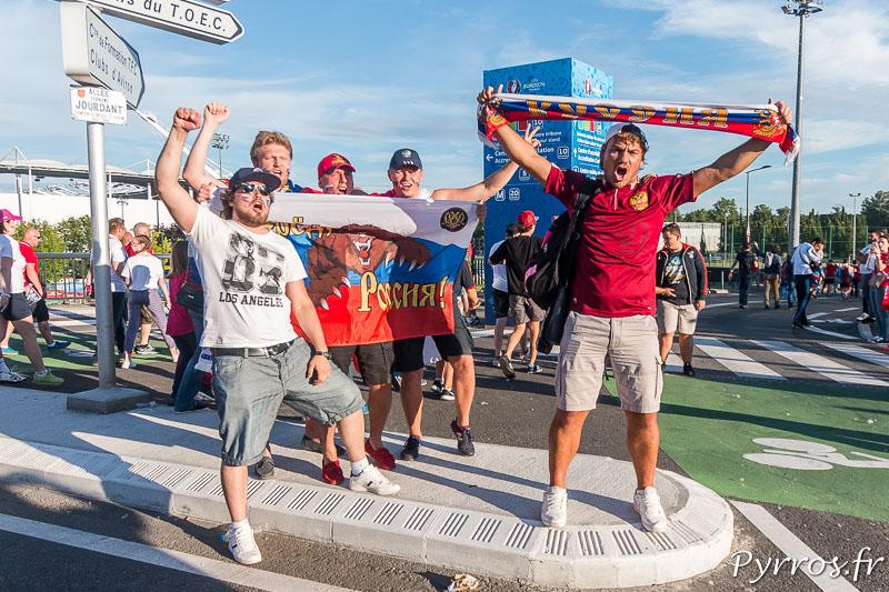 Les supporters russes s'échauffent la voix avant d'acceder aux tribunes du stadium de Toulouse