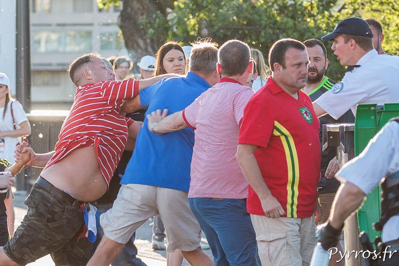 Un supporter russes se bat avec un supporter gallois avant de pouvoir acceder au stadium, ils seront tous les deux arretés