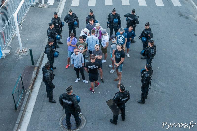 Un groupe de supporters Russe est encadré par les forces de l'ordre pour éviter des débordements