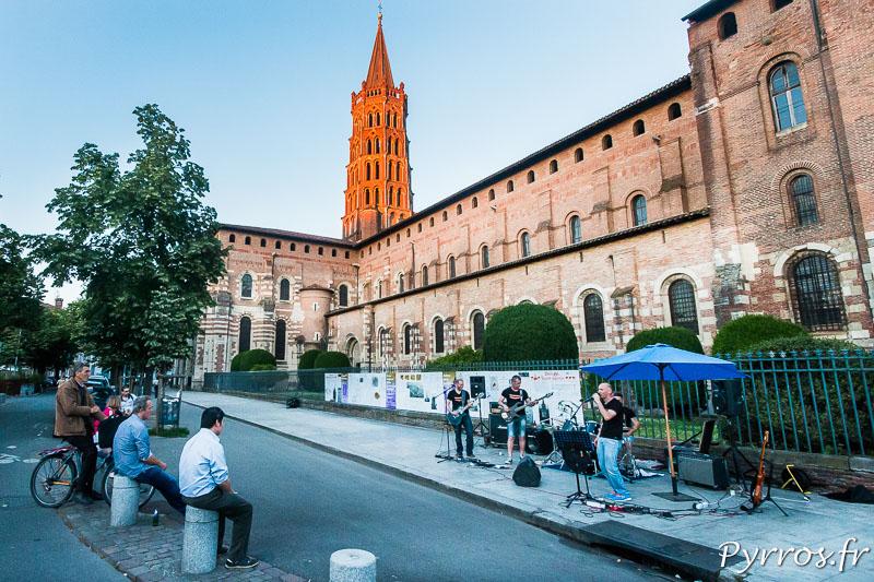 Au pied de la Basilique Saint Sernin un groupe se démene pour une poignée de spectateurs