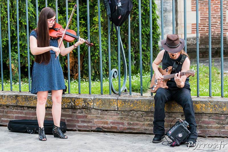 Un peu plus loin un duo composé d'une violoniste et d'un guitariste tente de s'imposer sans l'aide d'un gros système de diffusion
